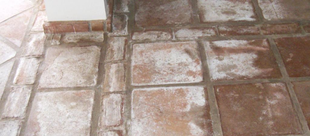 Imagen de una junta de baldosas artesanales sin tratamiento ni mantenimiento profesional
