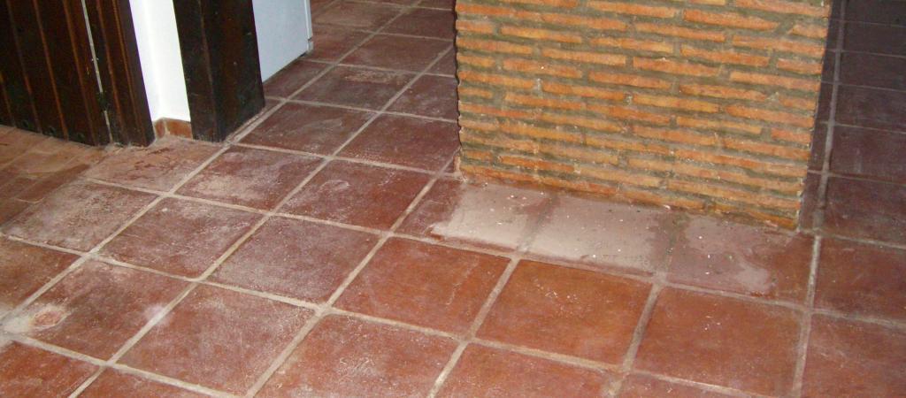 Un suelo de baldosas de barro sin mantenimiento profeisonal
