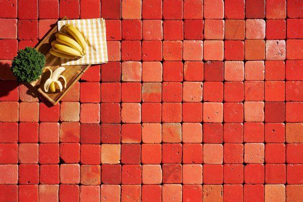 azulejos de barro artesanales en tonalidad roja