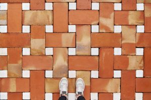 suelo de barro con diseño malla, combinación de baldosas artesanales cuadradas y rectangulares