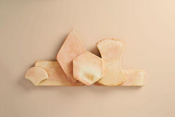 piezas de barro y baldosas en tono paja flameada de diferentes formatos