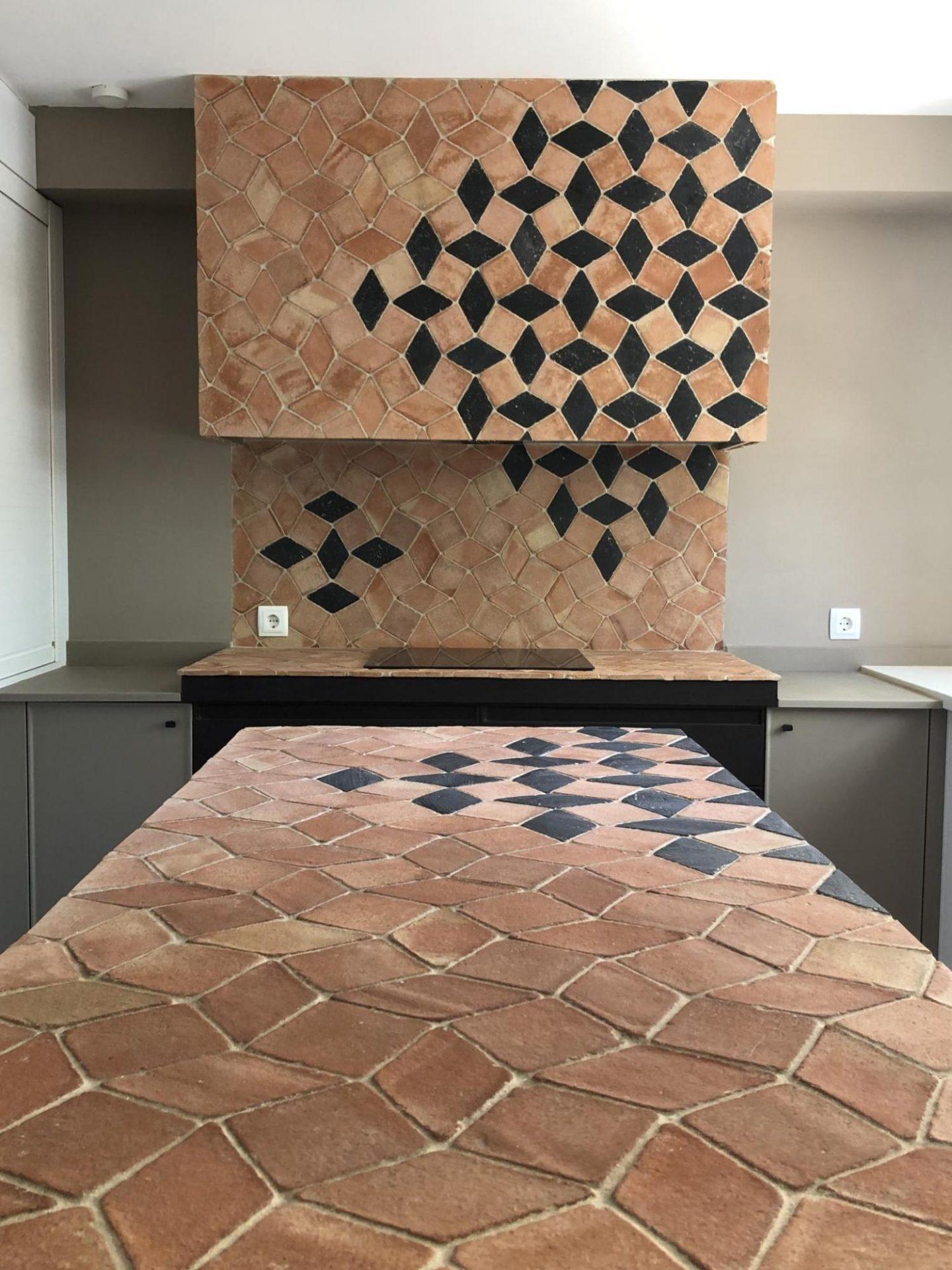 Una cocina con azulejos de barro