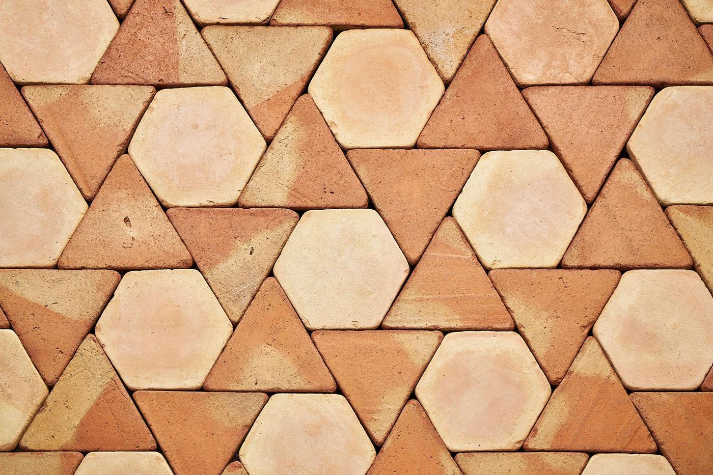 Triángulos y hexágonos. Baldosas de barro cocido.