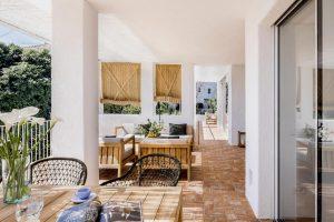 interior de una casa de estilo mediterráneo con suelo de barro artesanal