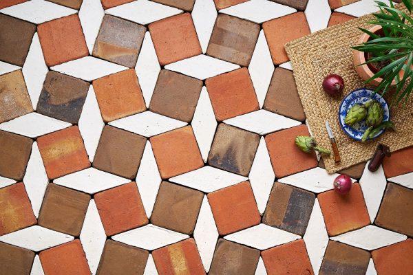 baldosas de barro artesanales con patrón inspirado en el mosaico nazarí
