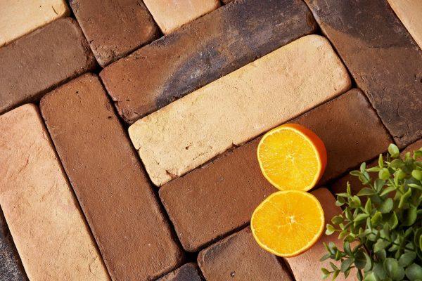 suelo de barro hecho a partir de piezas que imitan las baldosas antiguas a la perfección