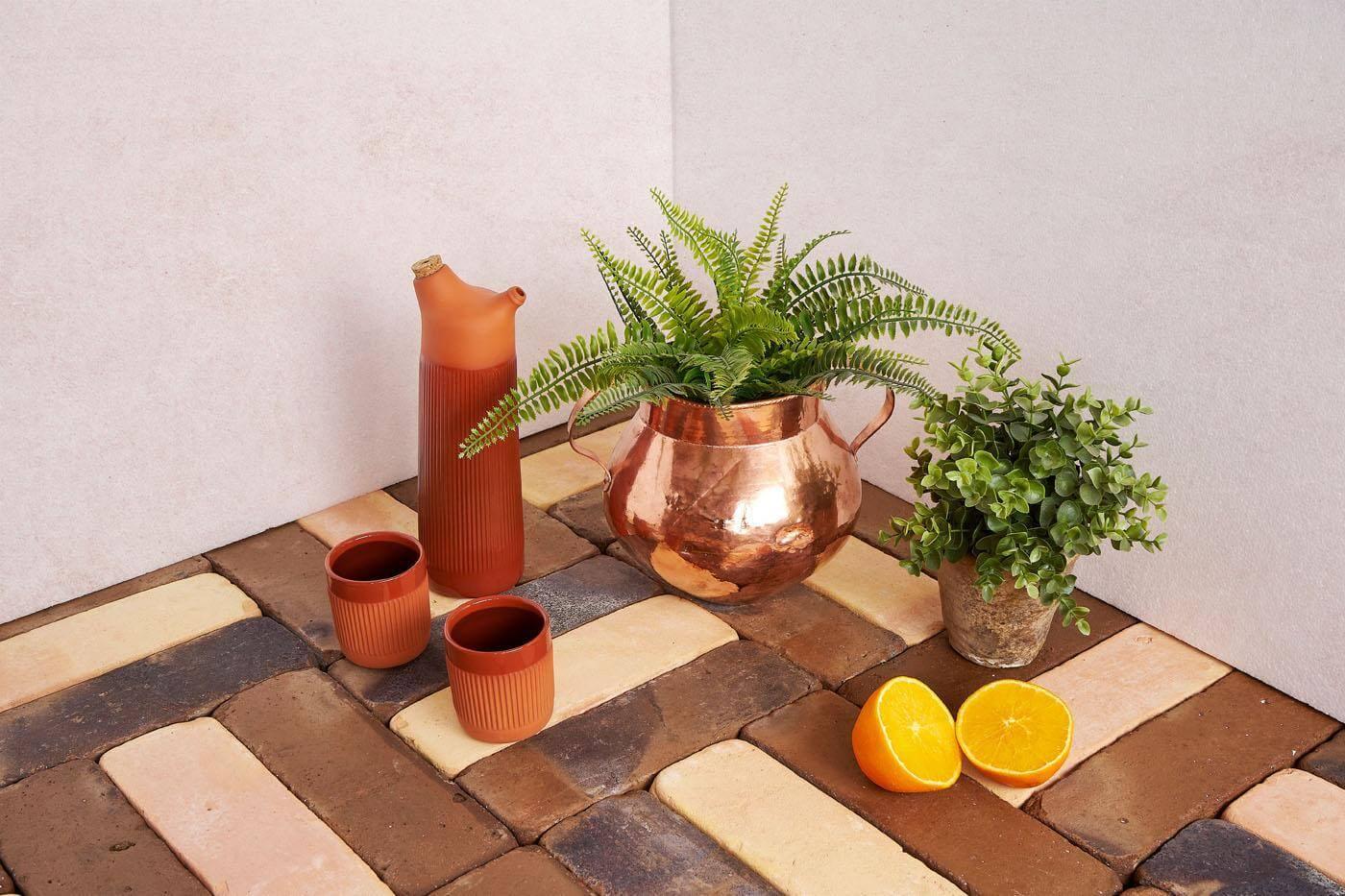 Suelos de barro. Pavimento cerámico hecho a mano y natural que recuerda a las baldosas antiguas