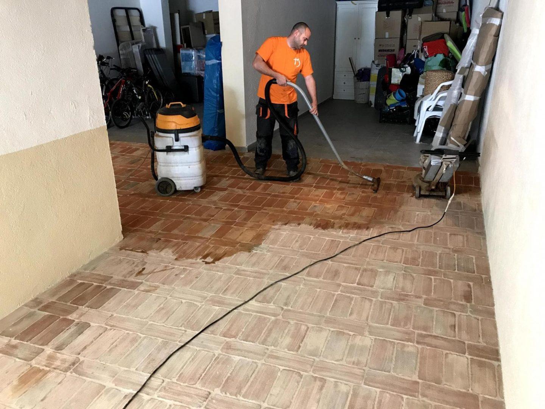 Uno de nuestros empleados aplicando el tratamiento de limpieza y protección para pavimentos de barro