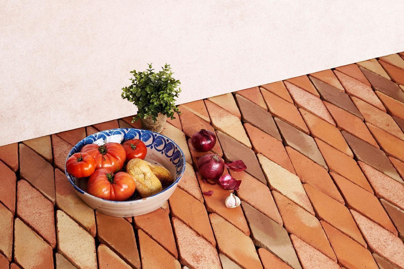 arquitectura-mediterranea - suelo de barro cocido con fuente con verduras