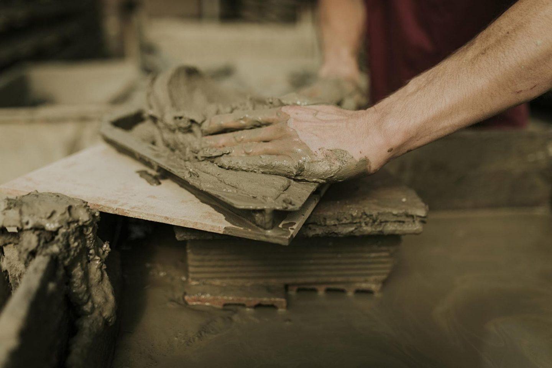 la artesanía es la base de nuestro trabajo en Todobarro. En la imagen se ven las manos de uno de nuestros artesanos modelando el barro.