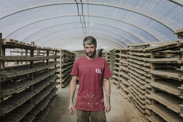 maestro artesano posando en nuestro taller de baldosas de barro. Hacemos artesanía.