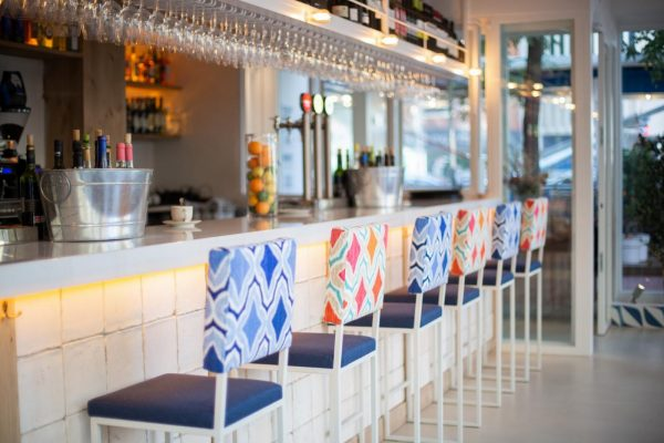Barra de bar con azulejos blancos de barro