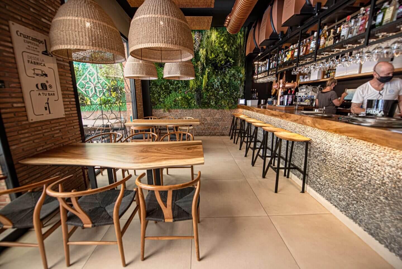 Restaurante con pared de barro