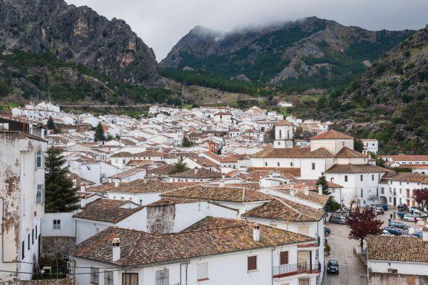 Fotografía panorámica de Grazalema, uno de los Pueblos Blancos que practican principios de arquitectura bioclimática