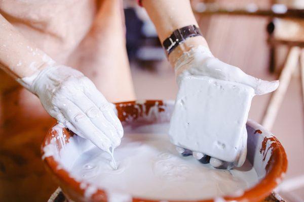 Imagen de una artesana sometiendo los azulejos blancos para cocina al proceso de esmaltado